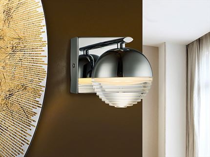 Aplique de pared con una luz led de metal cromo