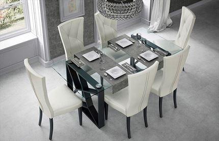 Gran variedad de mesas de comedor en tienda de muebles en Madrid